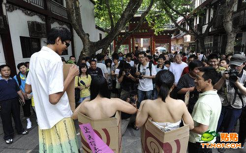 南京街头美女全裸搞怪