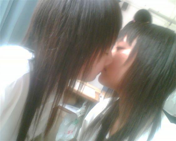有人敢发一些两个女生亲嘴的图片吗