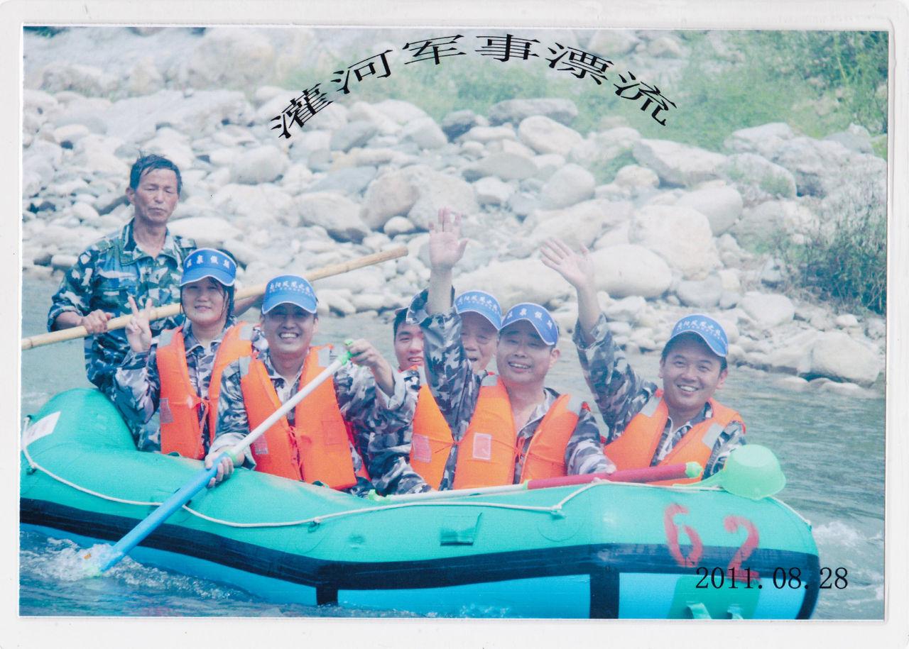 南阳一通 厂领导携带员工组织去河进行军事漂流