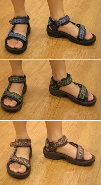 小女孩赤脚穿凉鞋;