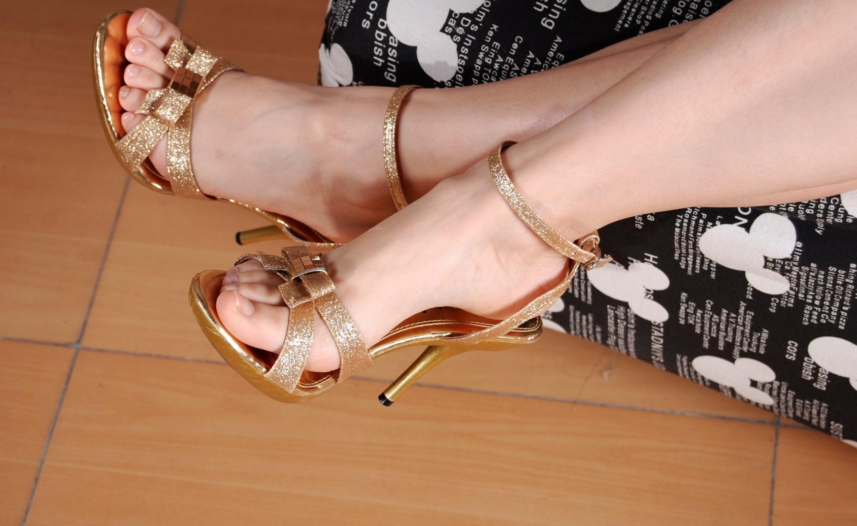 人不是很漂亮但是小脚很性感裸足换金色凉高!