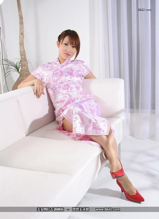 美丽少妇粉色旗袍高色高跟鞋搭配