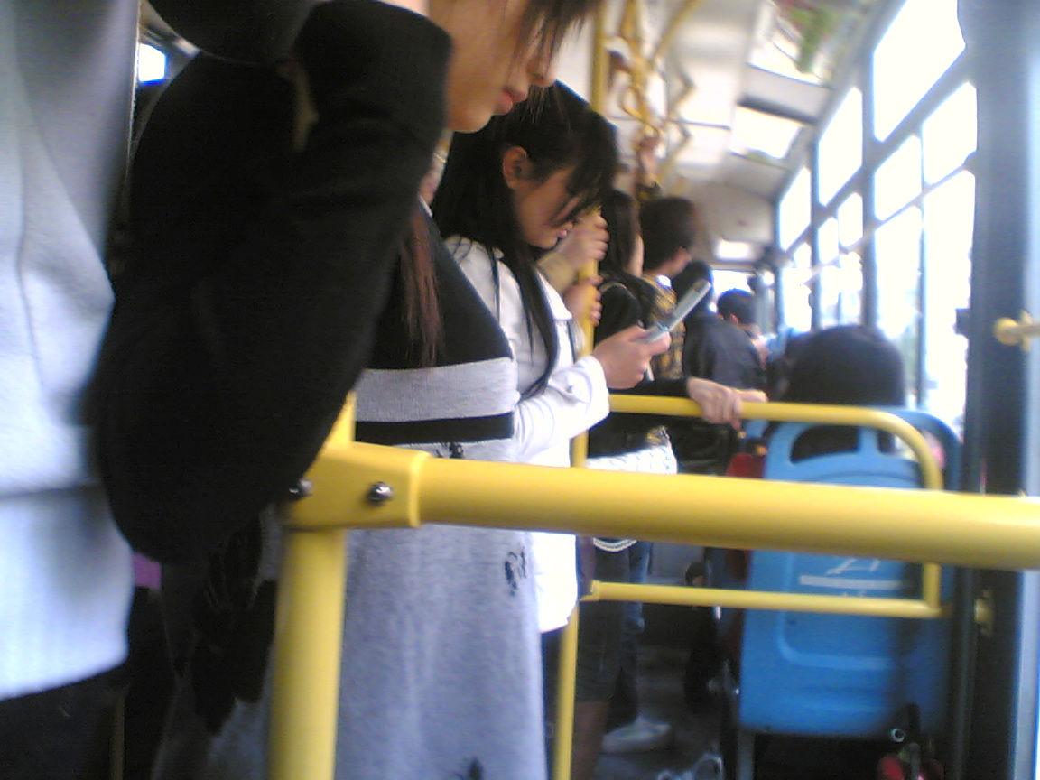 在公车上看到一巨可爱的女生