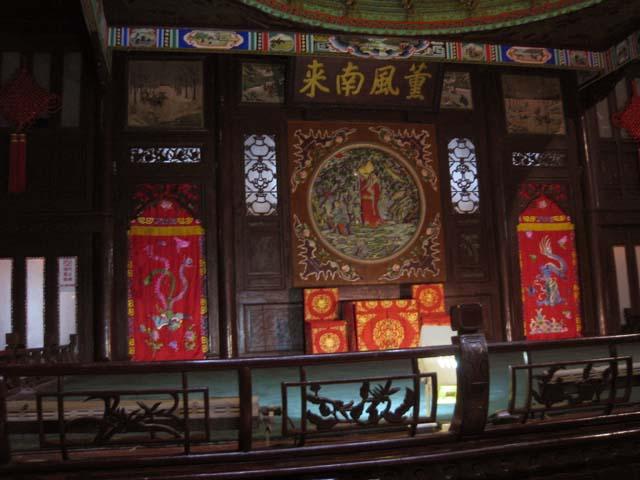 """木条构成""""鸡笼式"""",使戏楼具有很好的视听效果.舞台前三面高清图片"""