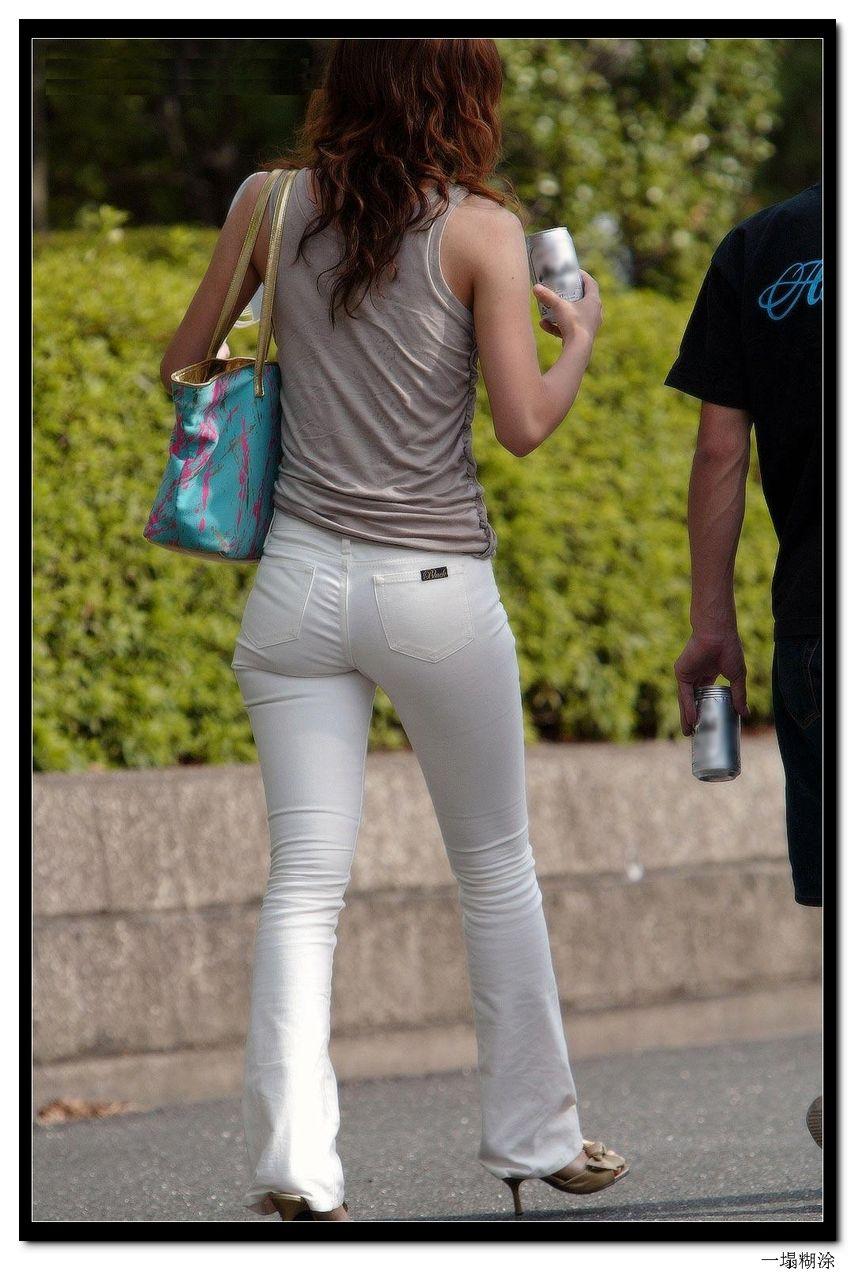 白色紧身裤塑造少妇的好身材