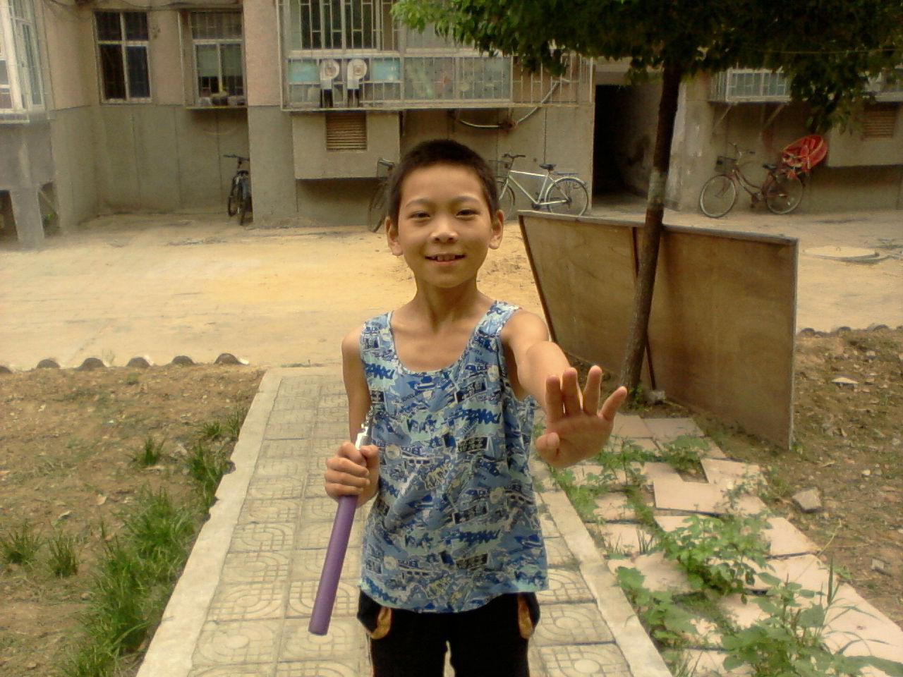 卢城臻学过双截棍,找个场地舞了起来图片