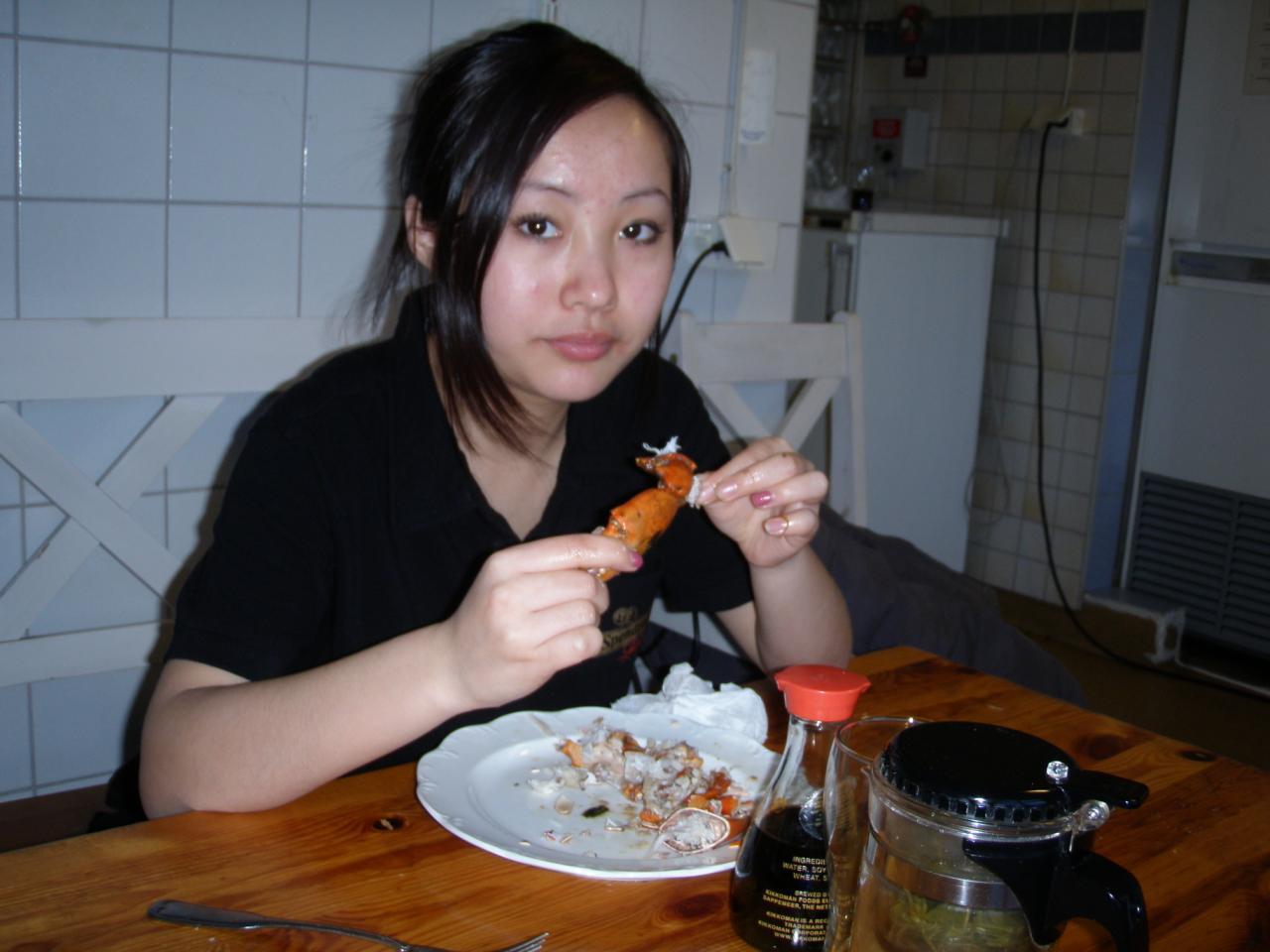 看小美女是怎么吃螃蟹的