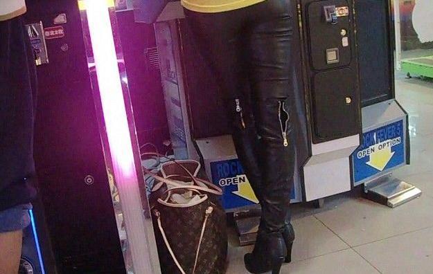 朕喜欢那些在冬天穿紧身皮裤和长筒皮靴的美女