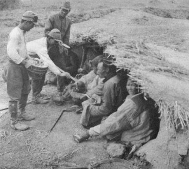 以及百姓身后日军士兵的战斗帽