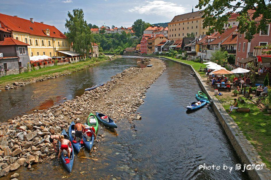 从城堡山下来,穿过任意一座横跨伏尔塔瓦河的小桥