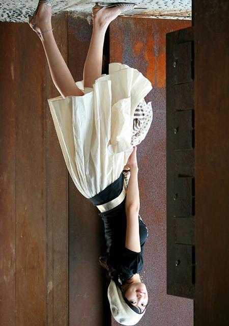 美女穿裙子还敢倒立