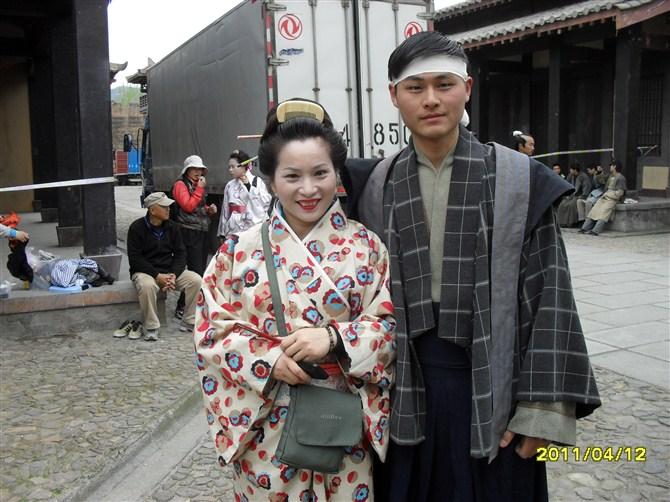 跟日本美女的合影!剧组的化妆老师感觉怪怪的