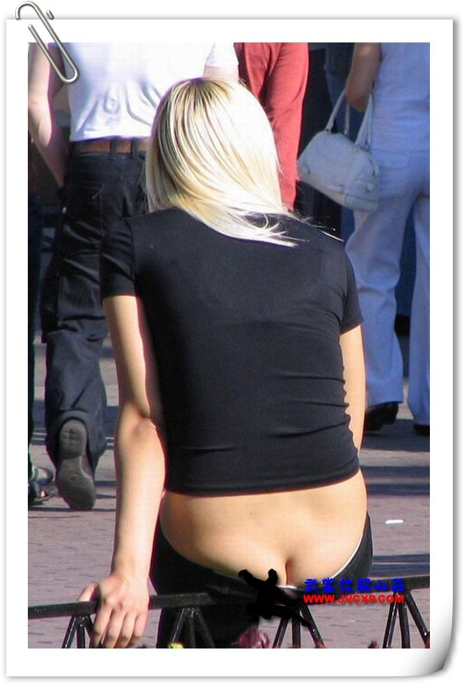 街头惊险臀沟门・现在的女生啊还不如把裤子脱了好