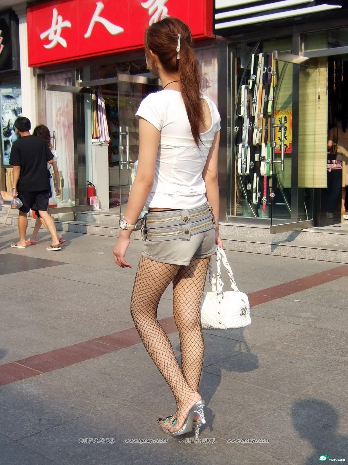 路遇网袜长腿美眉 时尚与经典的交叉点 竖