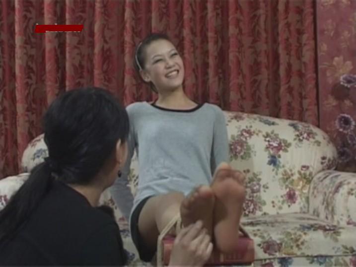 挠美女的脚心?