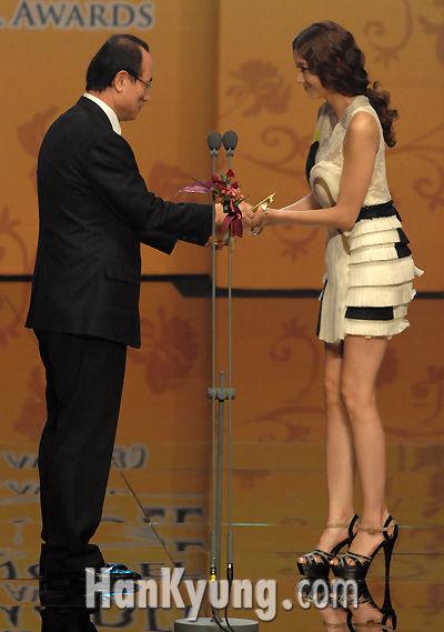 其实韩彩英姐姐的腿也很美~她可是名模来的!腿长啊 ...