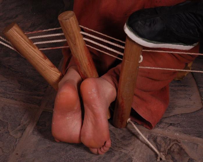 少女小雪光脚戴镣受折磨