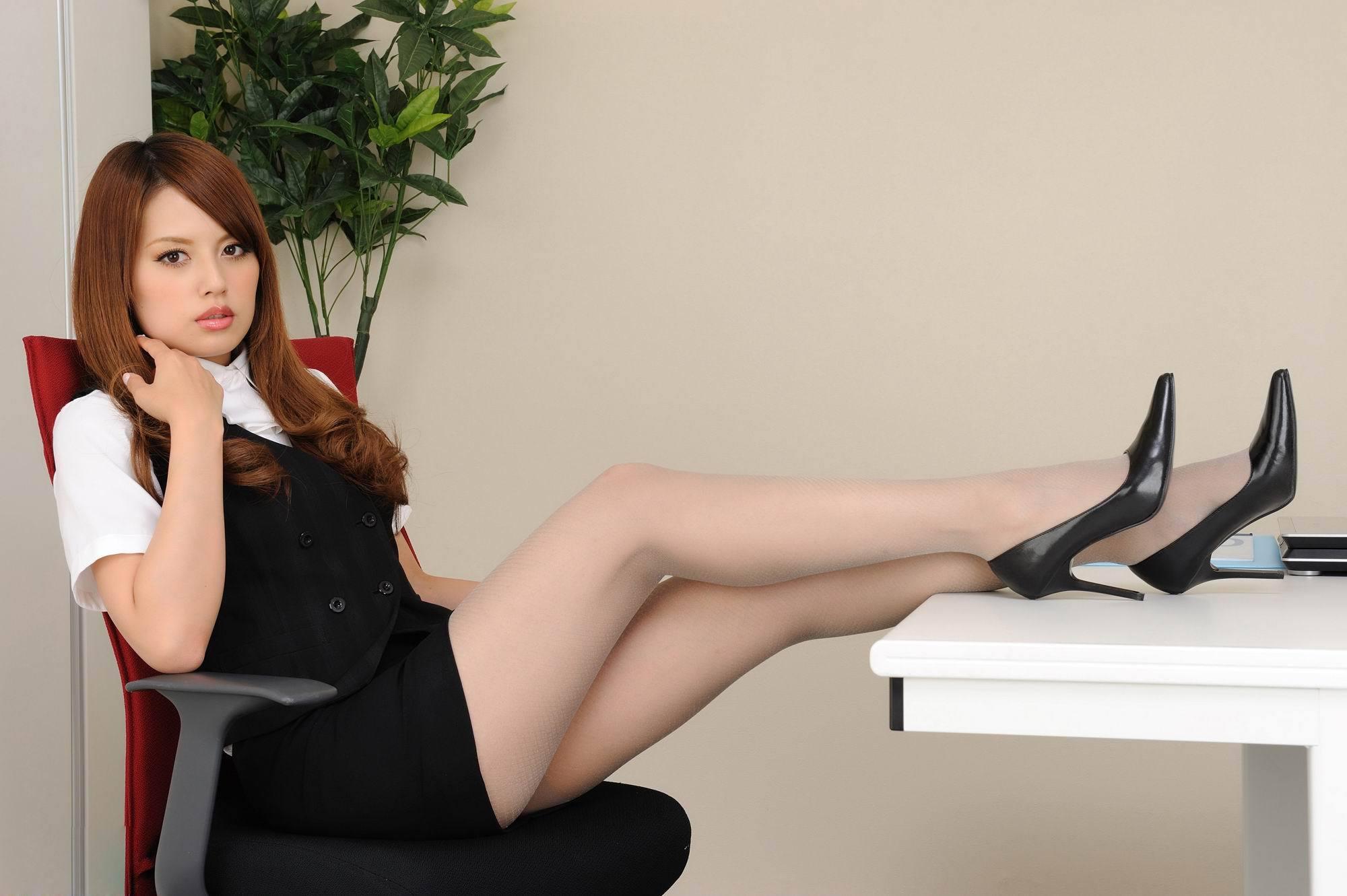 办公室美女秘书 勇敢地金丝鸟的空间