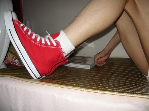 白袜脱靴匡威帆布鞋棉袜黑靴白袜匡威帆布鞋白袜美女