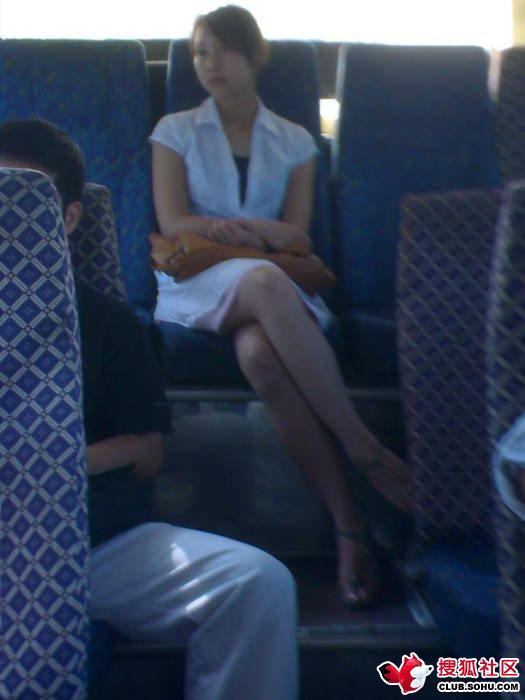 公交车上的长腿短裙美女 竖