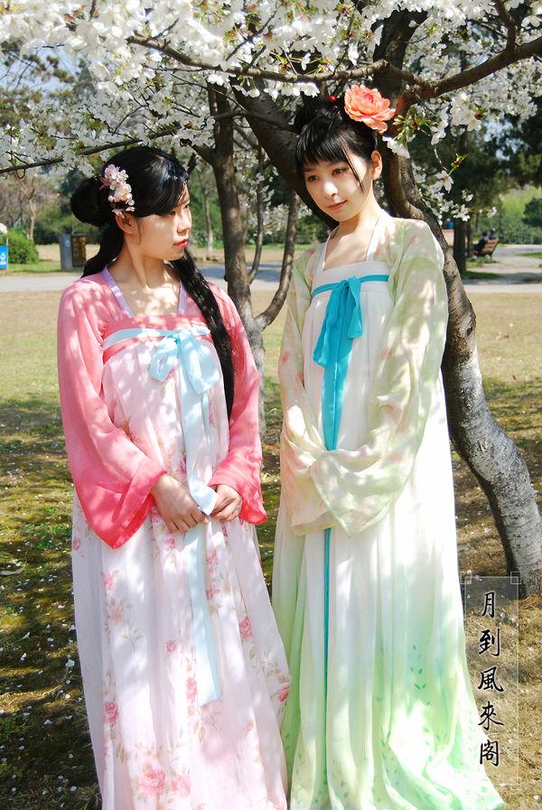 女性的旗袍、男性的长衫和马褂,都是满族的民族服饰及其延续,而图片