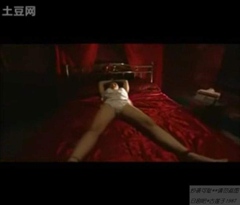 少女被绑在床上挠痒痒
