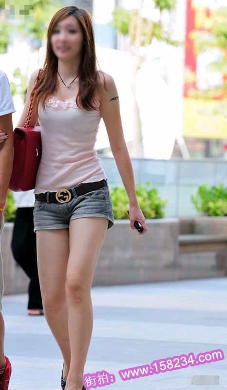 街拍牛仔热裤漂亮长腿时尚美女