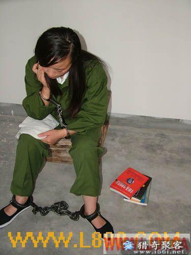 穿囚服带镣铐的图片图片大全 特点 身穿囚服,手带镣铐,攻