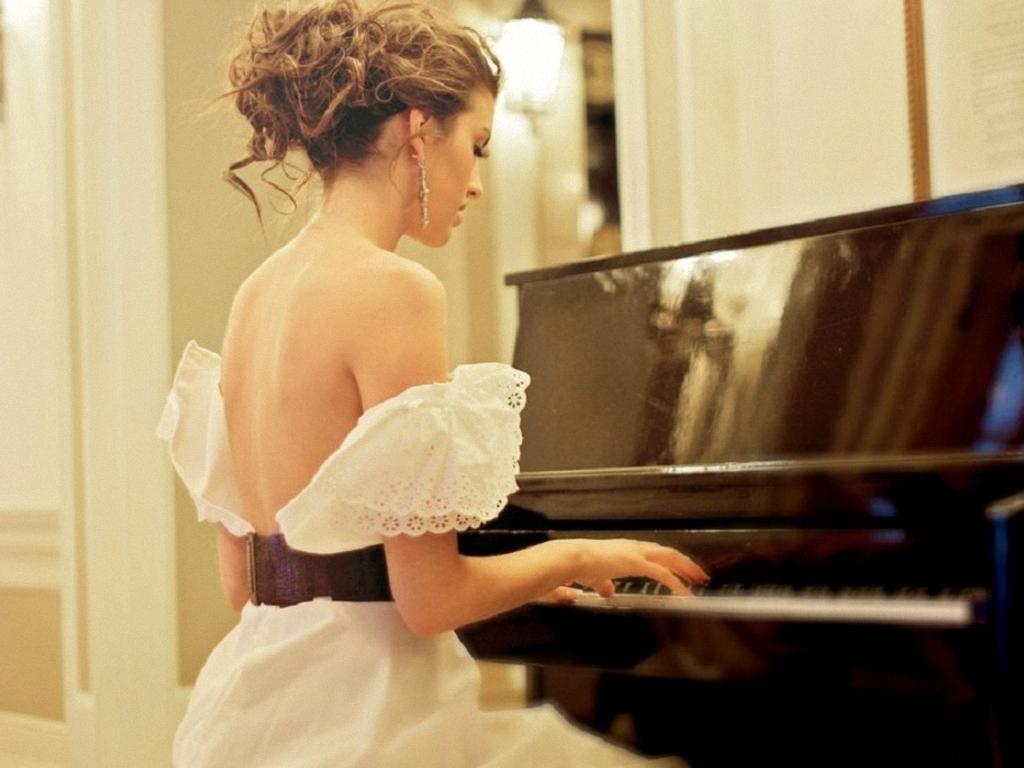 ena弹钢琴的大图