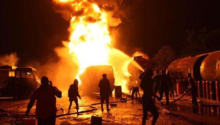 实拍北京西三环大火烧毁拱形门 现场阵阵浓烟一片狼藉