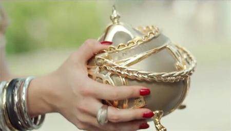 美女偷了个神奇的茶壶,有人受伤就吐钞