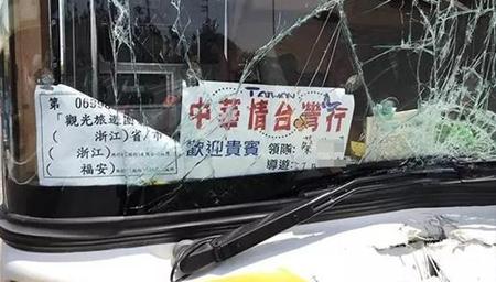 台湾载客游览车撞上安全岛