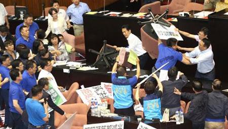 台湾民代大打出手互扔沙发椅
