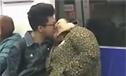 地铁小伙狂吻50岁大妈画风感人