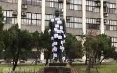 台多处蒋介石铜像遭破坏引冲突