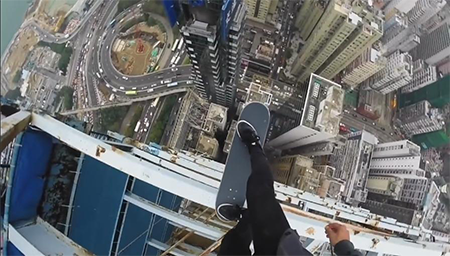 这不是演习,全场高能!体验在百米高的楼顶玩滑板