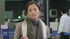 刘涛现身机场助理随行