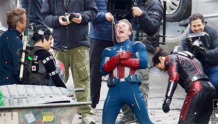 《复联四》拍摄现场曝光 没有特效的钢铁侠和绿巨人好尬