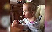 三岁无臂宝宝用双脚吃饭