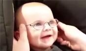 宝宝戴眼镜后萌化众人