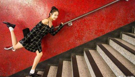 宋茜出游香港放飞自我晒街拍