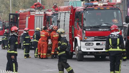 北京大兴一工地发生火灾 现场浓烟滚滚屋顶被烧塌