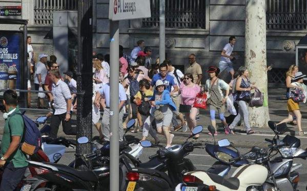 巴塞罗那汽车撞人恐袭事件致多人死伤