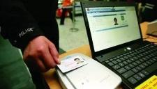 两女孩逛街遭警察查身份证