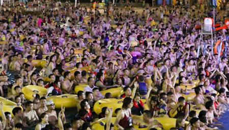 武汉持续高温水上乐园人挤人