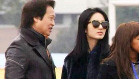 刘亦菲与干爹陈金飞秘照 关系亲密搂腰过马路