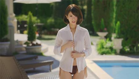 美女泳池边性感脱衣!史上最欠揍广告!