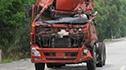 卡车扭头调皮 司机跳窗逃命