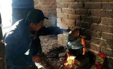 驴友长城上生火做饭熏黑墙面