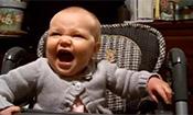 爸爸让宝宝表演愤怒的表情